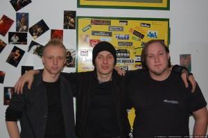 Gruppenbild mit Frontmann von Schock und Schwarze-News.de (von links; Clawwulf, Michael Schock, Bieberpelz)