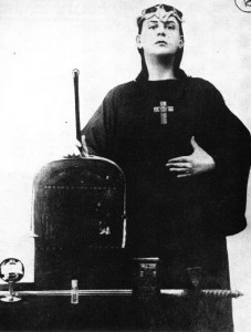 "Aleister Crowley - Begründer der Religion ""Thelema"" (Quelle: http://hilobrow.com/wp-content/uploads/2009/10/Aleister_Crowley.jpg"