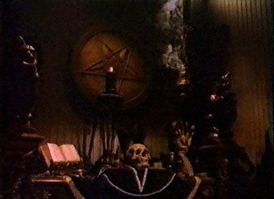 Ein satanistischer Altar oder gruftige Wohnungsdeko? Ästhetische Überschneidungen. (Quelle: http://www.churchofsatan.com/images/MO3.jpg