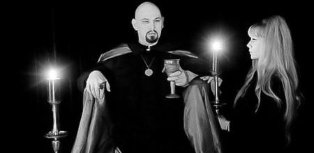 Anton LaVey und seine Lebensgefährtin Diane Hegarty zelebrieren ein Ritual - auch hier: düstere Ästhetik, die viele Gothics ebenfalls ansprechen dürfte! (Quelle: http://www.churchofsatan.com/images/anton-lavey-ritual.jpg
